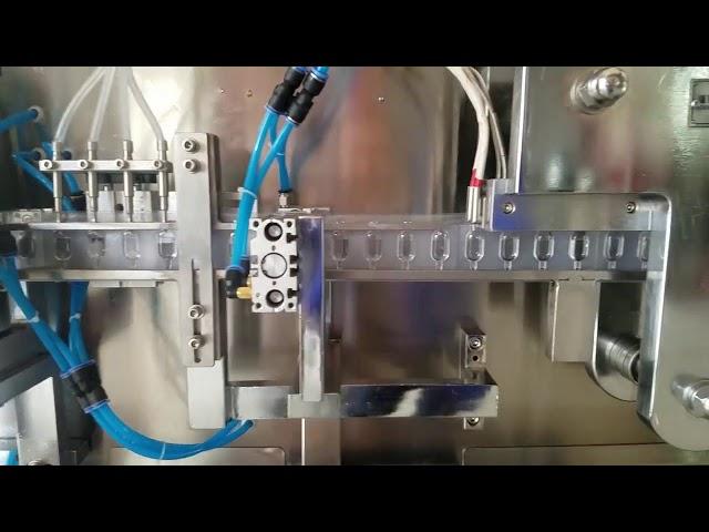 Plastična ampula za tvorjenje in polnjenje tekočine za ustno obdelavo, ki tvorijo polnilni stroj za zapiranje